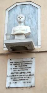 Il busto in Borgo Santa Lucia